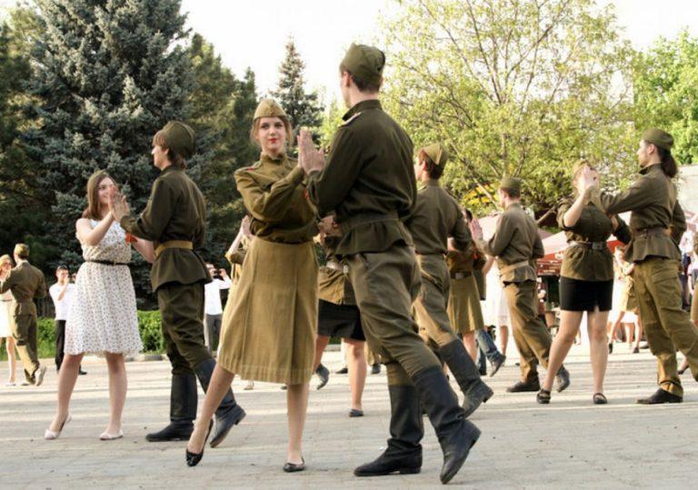 Бал Победы под музыку военного духового оркестра Росгвардии
