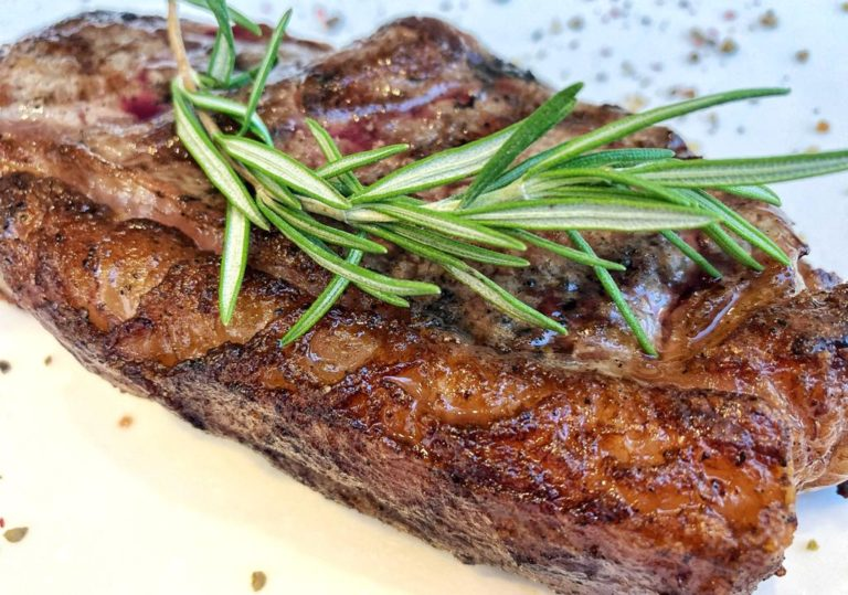 Гриль-терраса ресторана «Эрмитаж» премиум мясо, гриль Weber каждый день с 12.00 до 22.00